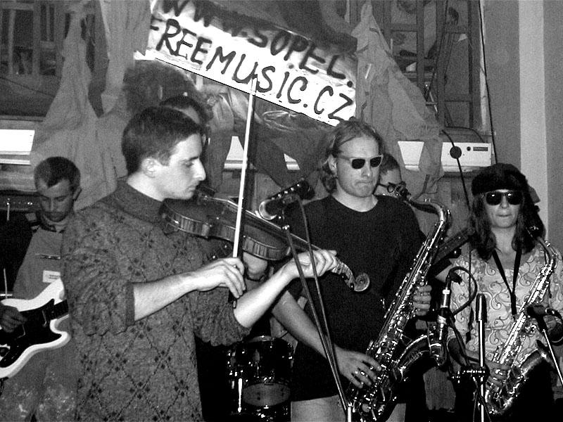 Betonovej pes. Koncert v Baldově (Brno-Přízřenice), 3. listopadu 2001