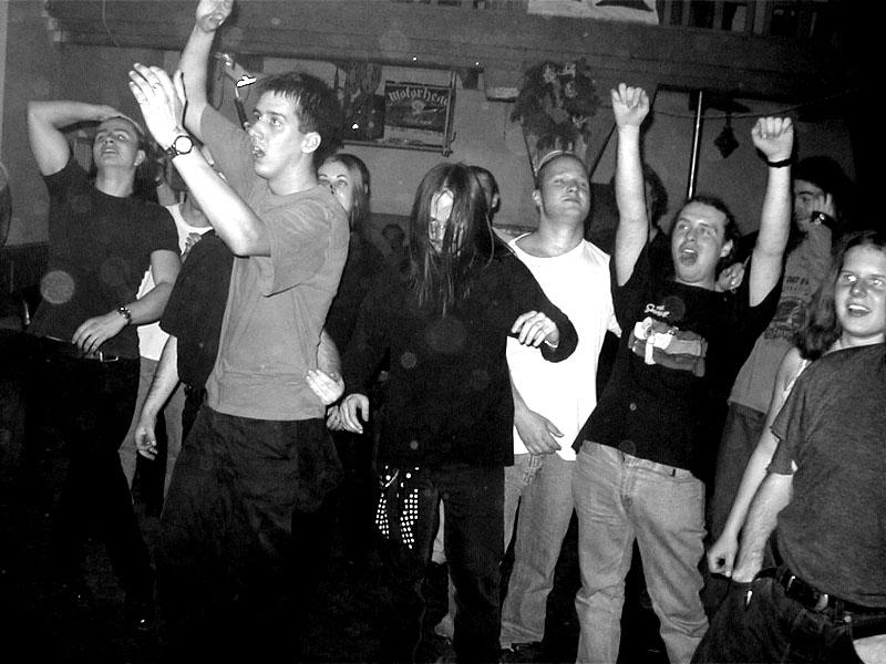 Tanečníci. Největší mánička je Ježíšek. Koncert v Baldově (Brno-Přízřenice), 3. listopadu 2001