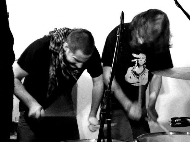 Lukin a Jude - bicí úderka. Les - Krákor retrospektiva, 29. a 30. listopadu 2013, Brno - klub Boro, foto Zdeněk Vykydal