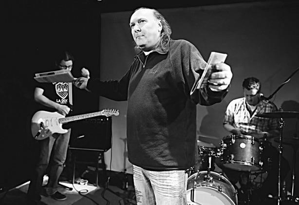 Festival spodních proudů, Brno-Paradox, Velký pátek, 25. března 2016. Ivoš Krejzek uvádí do dvěta noviny Ušia  Vítr a debut kapely Sounds of Occupation. Foto Zdeněk Vykydal