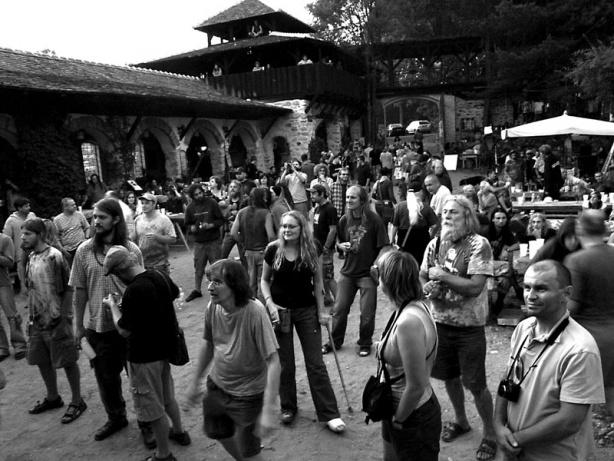 Publikum na nádvoří Skalákova mlýna, Konec léta - festival Napříč v roce 2007, foto © Fido