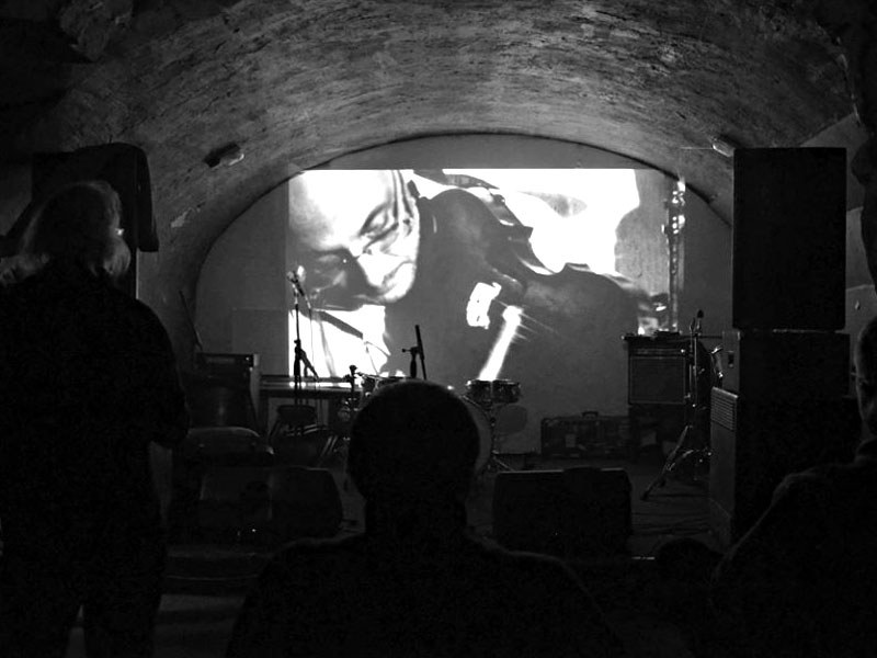 Projekce dokumentu Deset let Ears&Wind Records. Homér's Memorial, 10.-11. ledna 2014, klub Boro, Brno. Foto © Maryen