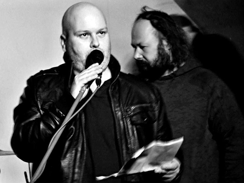 Marek Sobola uvádí Mongolovy městské sady. Homér\'s Memorial, 10.-11. ledna 2014, klub Boro, Brno. Foto © Maryen