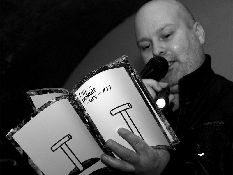 Marek Sobola čte z Umu pakultury 11. Homér\'s Memorial, 10.-11. ledna 2014, klub Boro, Brno. Foto © Arnošt Zukal