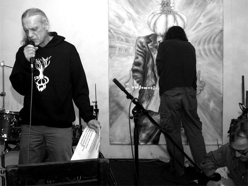 Performance Česnekových hlav, maluje Hanibal. Homér\'s Memorial, 10.-11. ledna 2014, klub Boro, Brno. Foto © Arnošt Zukal