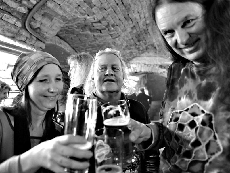 V publiku najdeme i hudebníky z nehrajících kapel. Homér\'s Memorial, 10.-11. ledna 2014, klub Boro, Brno. Foto © Miro Trimay