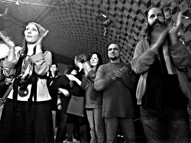 Jedna dobře mířená do publika. Homér\'s Memorial, 10.-11. ledna 2014, klub Boro, Brno. Foto © Miro Trimay