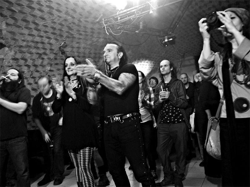 Druhá dobře mířená do publika. Homér\'s Memorial, 10.-11. ledna 2014, klub Boro, Brno. Foto © Miro Trimay
