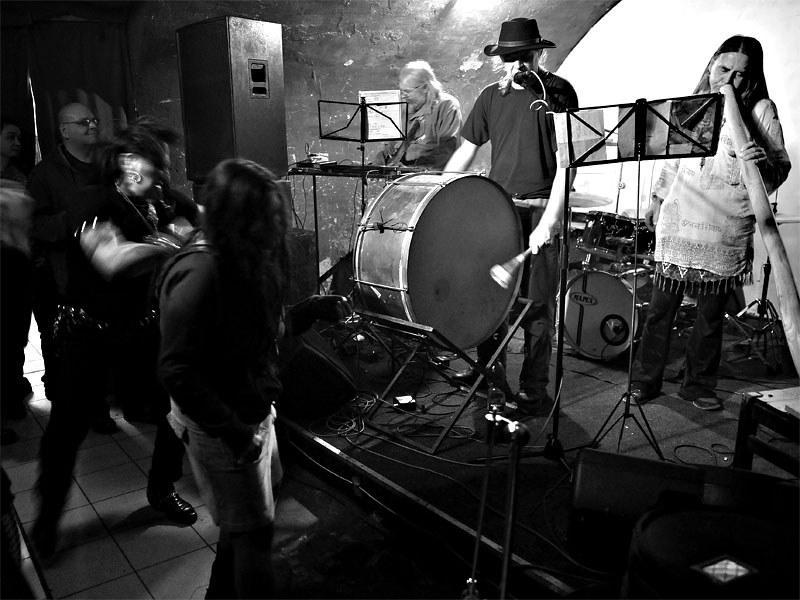 Tanečky se Špinavým spodním prádlem. Homér\'s Memorial, 10.-11. ledna 2014, klub Boro, Brno. Foto © Miro Trimay