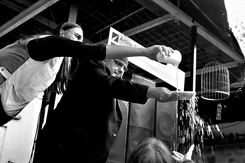Polévání desky pivem. Kolben - Kavlík and Friends, křest CD Žití strůjce. Festival Napříč, Skalákův mlýn, srpen 2016. Foto Maryen