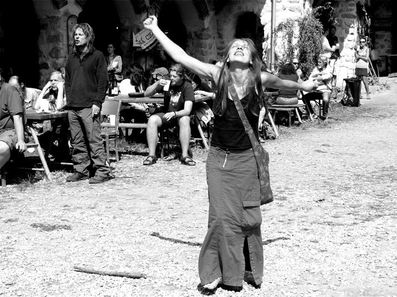pozdraSobotní pozdrav slunci. Konec léta - festival Napříč, Skalákův mlýn, Meziříčko, 30.-31. srpna 2013. Foto Arnošt Zukal