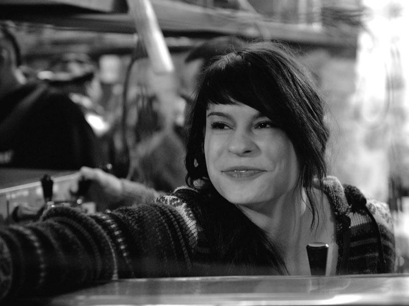Zátiší s dívkou a výčepem. Festival Napříč - Konec léta u Skaláka. Srpen 2014. Foto Miro Trimay