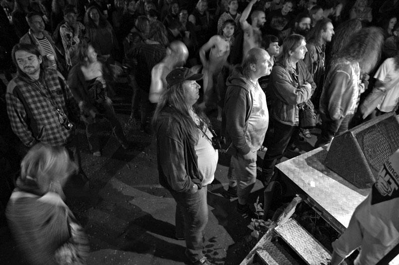 Publikum oblečné, neoblečené. Festival Napříč - Konec léta u Skaláka. Srpen 2014. Foto Miro Trimay