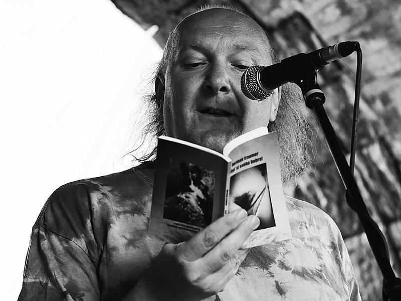 Ivoš Krejzek čte ze svého Bobra dva dny mezi kepelami, Krákor 2013, foto © Zdeněk Vykydal