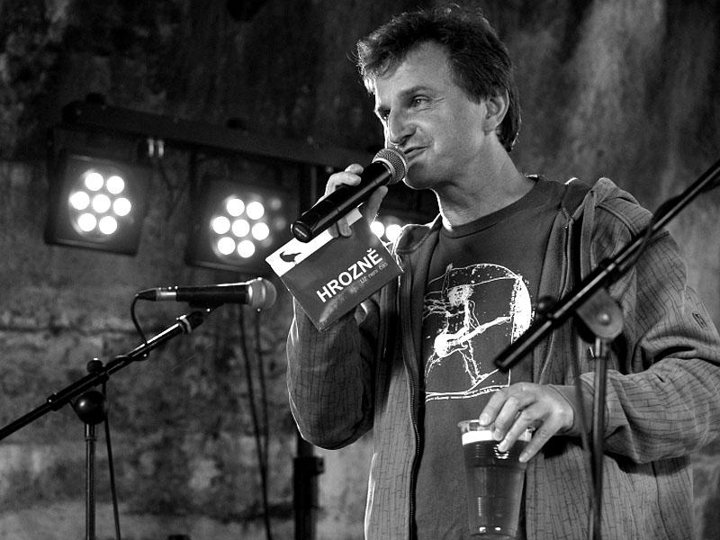 Martin Kozlovský uvádí CD nejlepší brněnské alternativy - Hrozně, Krákor 2013, foto © Vladimír Sabo