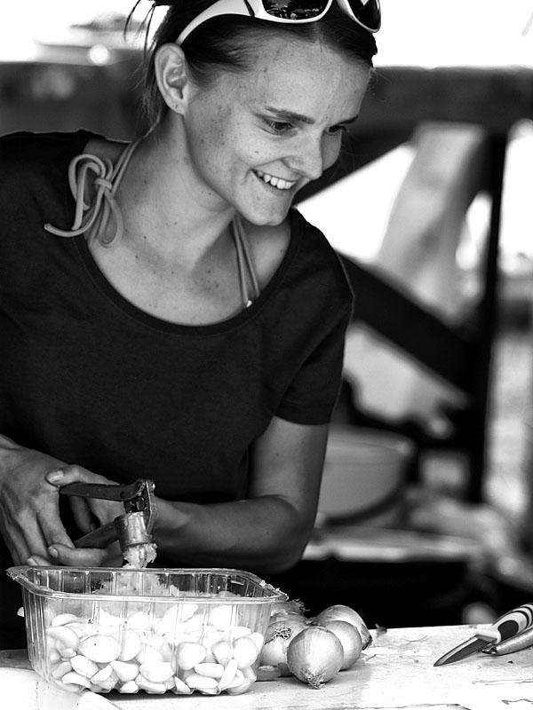 Krákor 2014, Ostopovice u Brna. Zuzka je hrdá na svůj česnek. Foto An Anus.