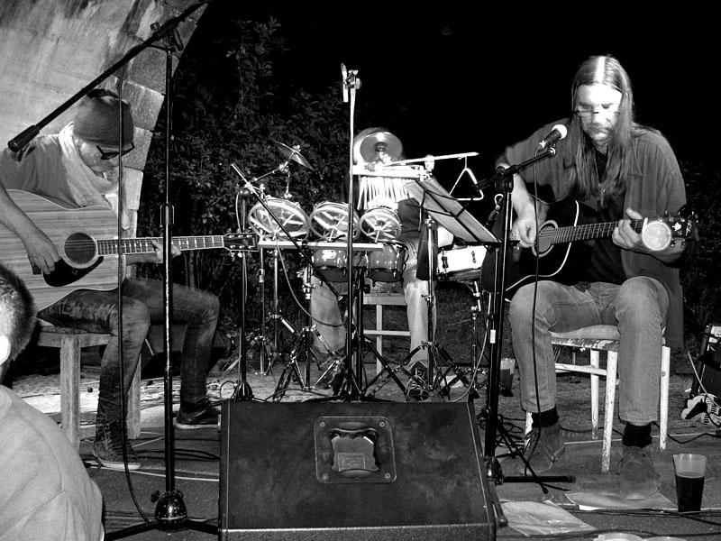 Krákor 2014, Ostopovice u Brna. Kolben a Kavlík (na fotce Kavlíka  Kolben) s bubeníkem. Foto René.