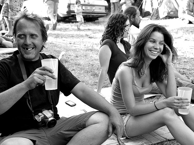 Krákor 2014, Ostopovice u Brna. Marek, Erika a kelímky s nápoji.  Foto Vladimír Sabo.