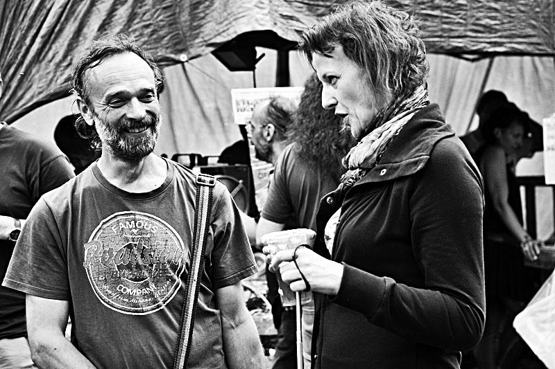 Finský basák a finská kladívkářka. Die Retardovaný koksoplyn před koncertem. Krákor 2017. Foto Vladimír Sabo