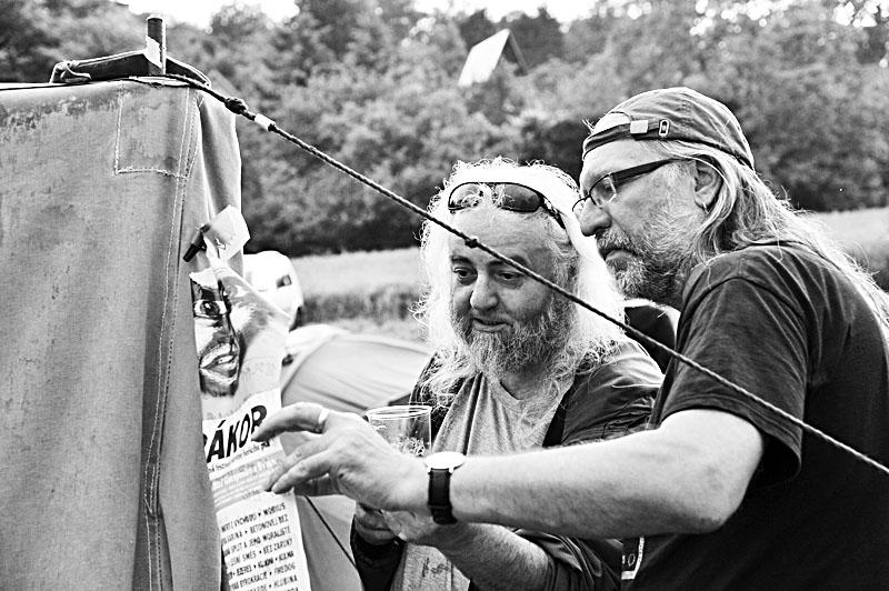 Sten a Lábus studují program. Krákor 2017. Foto Vladimír Sabo