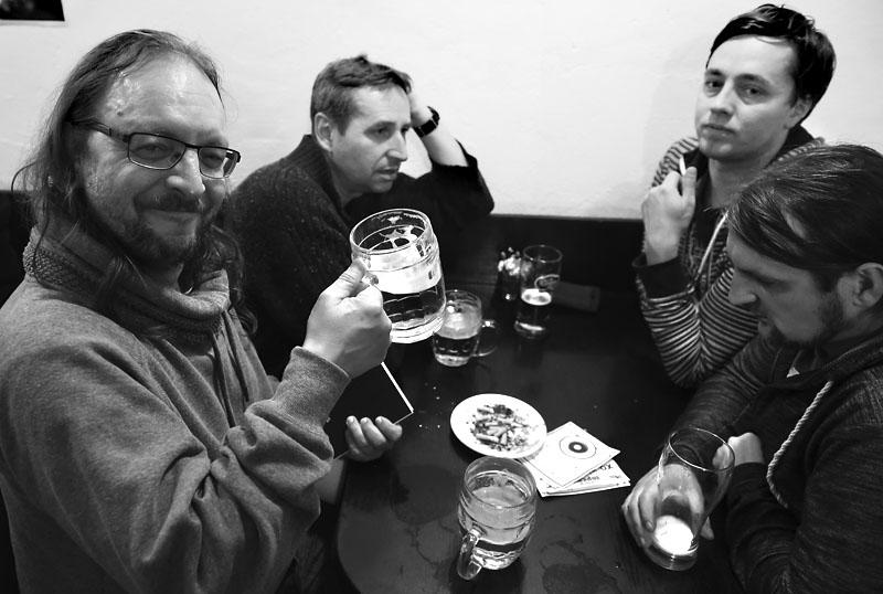 Oliverova dálka zapíjí desku Smíření.  LES 2015, 28. listopadu, Brno, klub Paradox. Foto Zdenek Vykydal