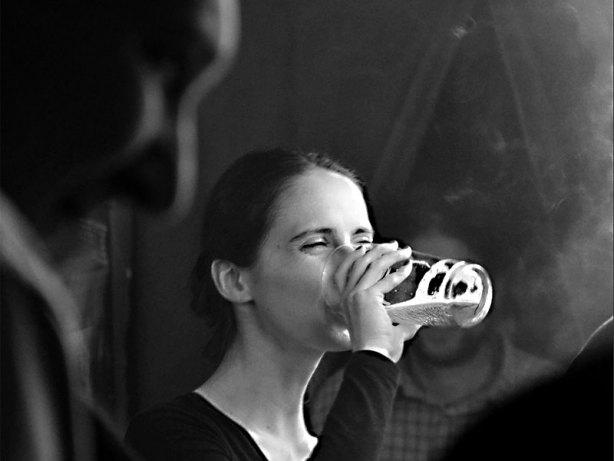 Jana Orlová se připravuje na křest. Les - Krákor retrospektiva, 29. a 30. listopadu 2013, Brno - klub Boro, foto Maryen
