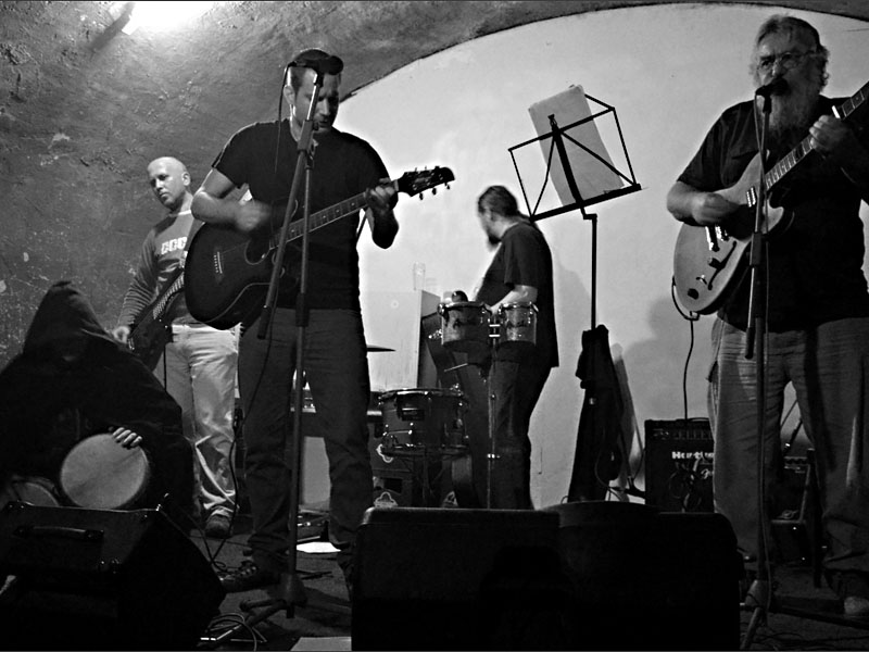Nic moc kvintet - počítejte všihni. Les - Krákor retrospektiva, 29. a 30. listopadu 2013, Brno - klub Boro, foto Maryen