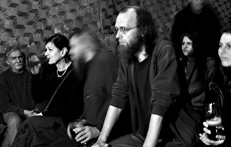 Pohledu do sálu vévodí Jakub Žid. Les - Krákor retrospektiva, 29. a 30. listopadu 2013, Brno - klub Boro, foto Zdeněk Vykydal
