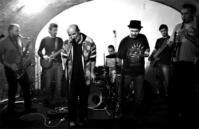 Špinavý nádobí v plné parádě. Les - Krákor retrospektiva, 29. a 30. listopadu 2013, Brno - klub Boro, foto Zdeněk Vykydal