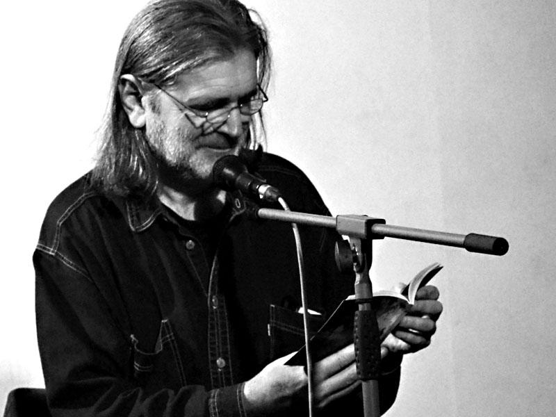 Záviš čte z Oběšeného Petra. Les - Krákor retrospektiva, 29. a 30. listopadu 2013, Brno - klub Boro, foto Maryen