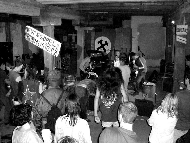Stará dobrá ruční práce.Festival spodních proudů - Mlýn, Jindřichův Hradec, 29. -30. 8. 2003