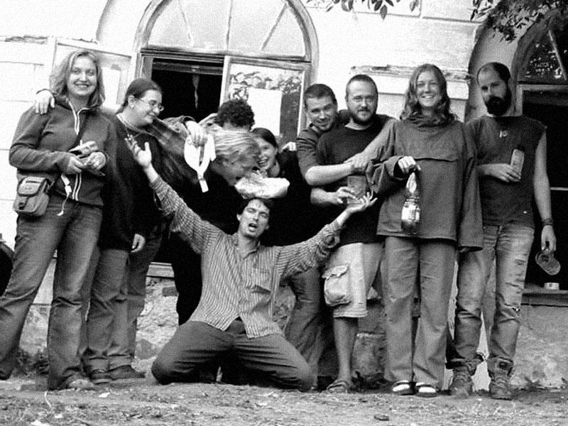 Foto po závěrečné kaličce-likvidačce. Festival spodních proudů - Mlýn, Jindřichův Hradec, 29. -30. 8. 2003