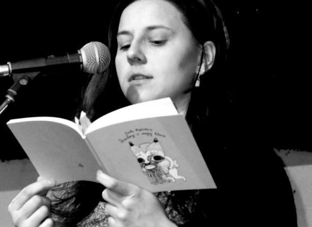 Lenka Hajdučková čte ze své právě vydané knihy. Večer Spodních proudů, 21. března 2015, Brno - Brooklyn. Foto Jana Navaříková