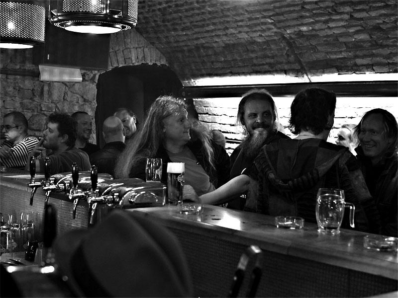 V kuloárech, světe div se, objevil se i Milan Martan (postava z Kuby Kubuly a kuby Kubikuly zcela vpravo). Potulný dělník 2013, Brno - Boro. Foto © Zdenek Vykydal