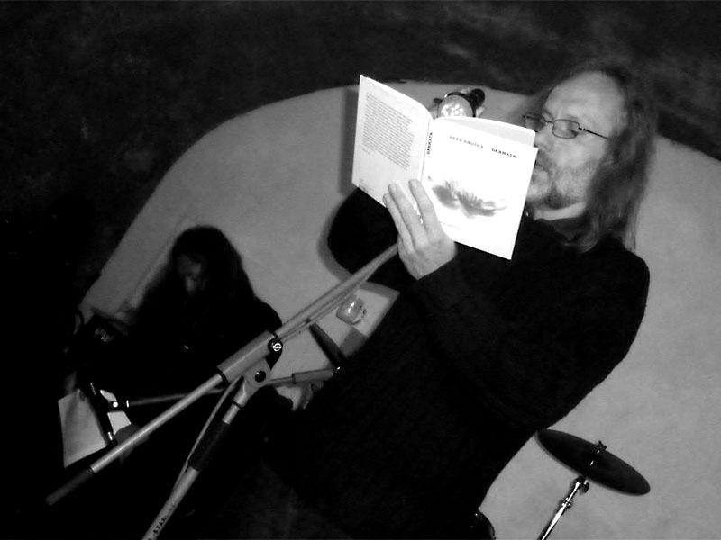 Petr Hruška četl po ostravsku se svítilnou. Potulný dělník 2013, Brno - Boro. Foto © Ivoš Krejzek