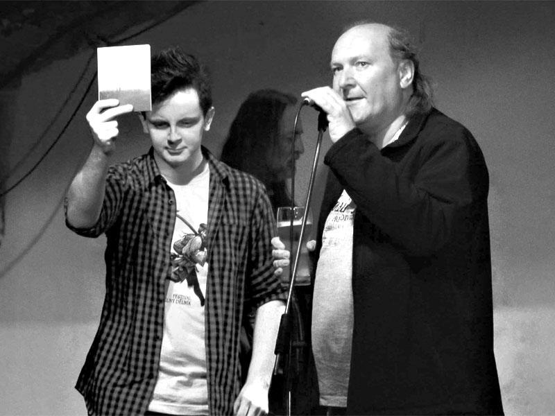 Potulný dělník 2014 - festival poesie, Brno, RC Brooklyn 16.-18.11.2014. Křest knihy Jsi orkneyské víno. EZT a Ivoš Krejzek, v pozadí autor - JEF. Foto Tonda Bartoš.