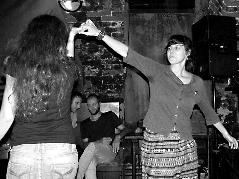 Poetické tanečnice. Potulný dělník 2014 - festival poesie, Brno, RC Brooklyn 16.-18.11.2014. Foto Jan Drbal