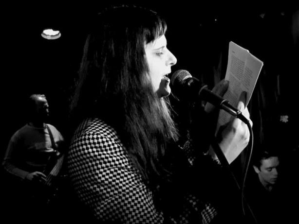 Ženský element, básnířka Lucka Rušková. Klub 77, Banská Bystrica, 28. září 2013.  Foto © Andrej Čulák.