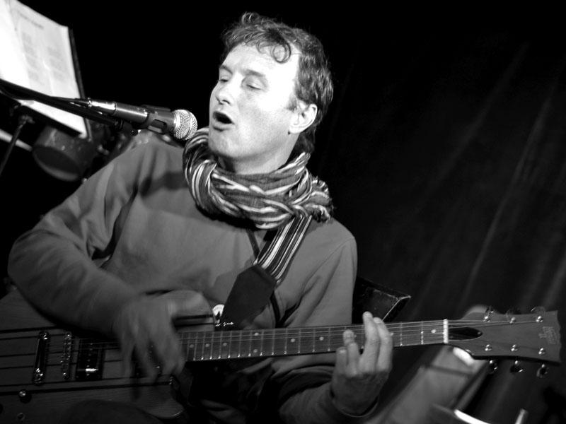Čechoangličan, či Angločech Darren Eve, znamenitý kytarista. Klub 77, Banská Bystrica, 28. září 2013.  Foto © Jaro Stančik.