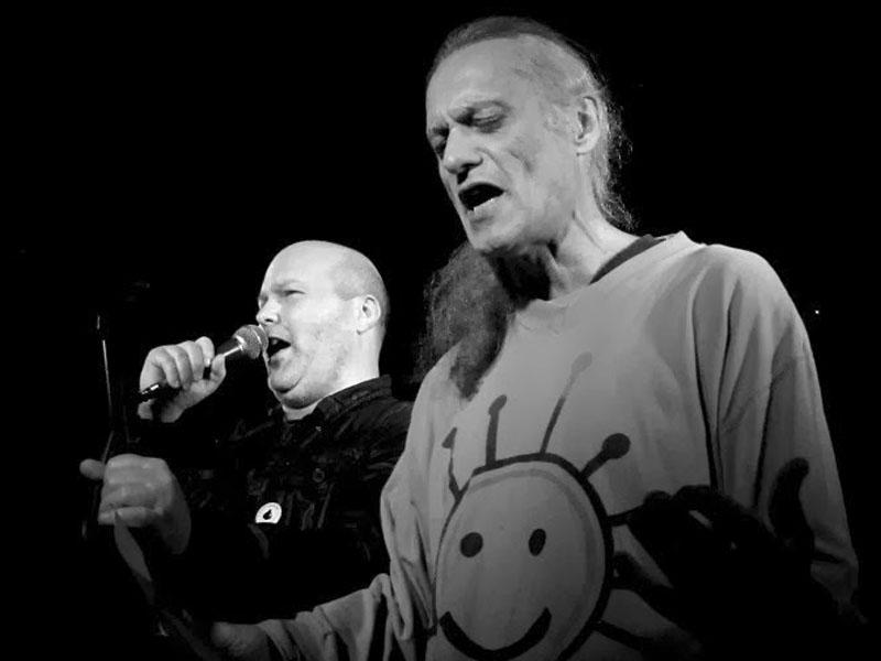 Marek Sobola a Luboš Vlach, řízná performance redaktorů Dna. Klub 77, Banská Bystrica, 28. září 2013. Foto © Andrej Čulák.