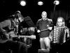 Marek Sobola nastupuje k finállímu kraválu. Kapela Sobola Revival začíná.  Klub 77, Banská Bystrica, 28. září 2013. Foto © Jaro Stančik